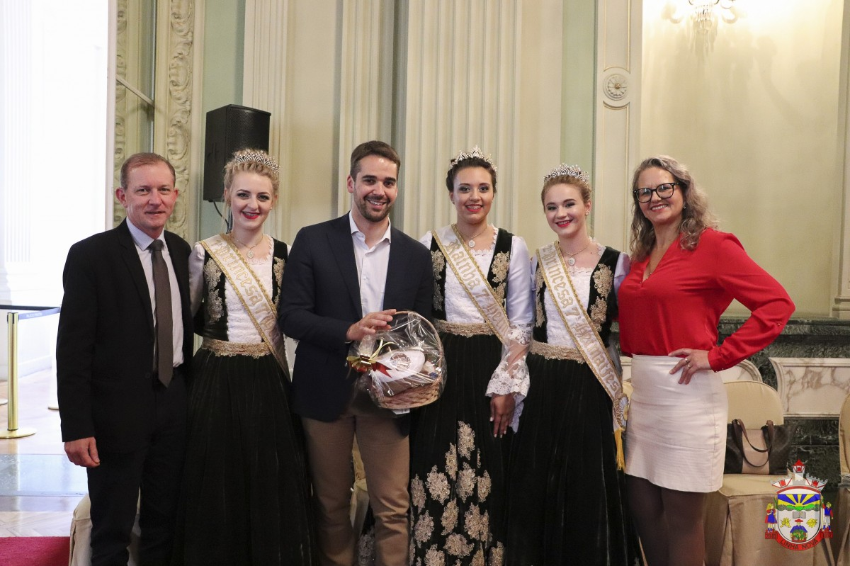 Comitiva de Linha Nova entrega convite da 7ª Heimatfest ao Governador