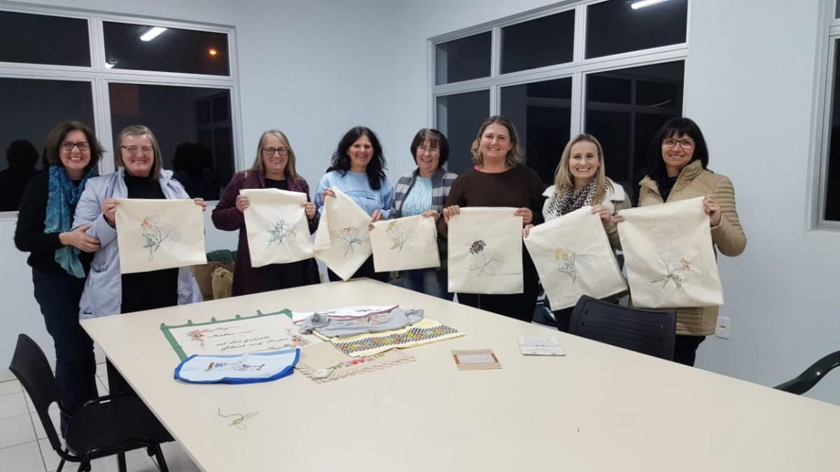Grupo de artesanato resgata parte da cultura com trabalhos manuais