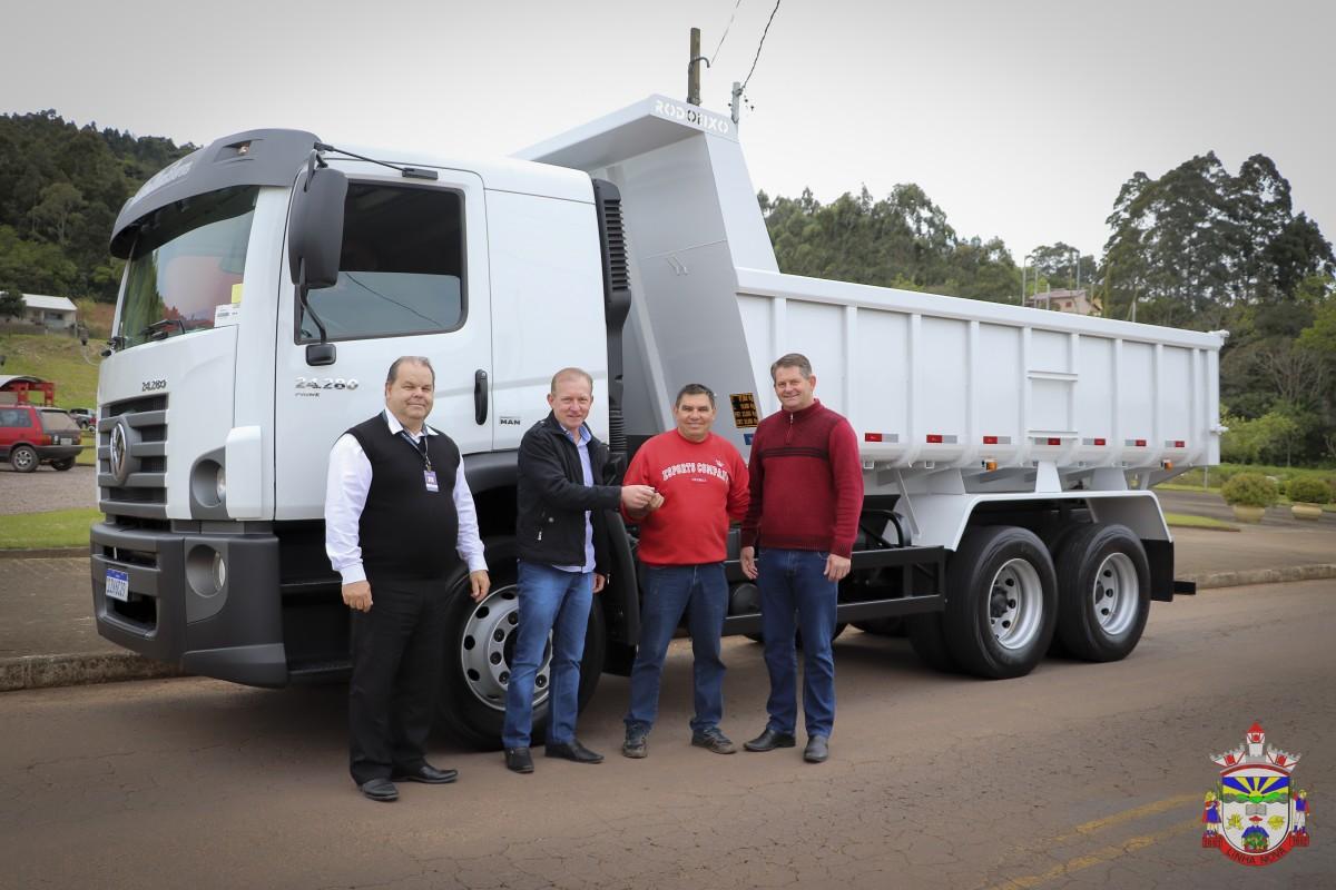 Novo caminhão é repassado para Secretaria de Obras