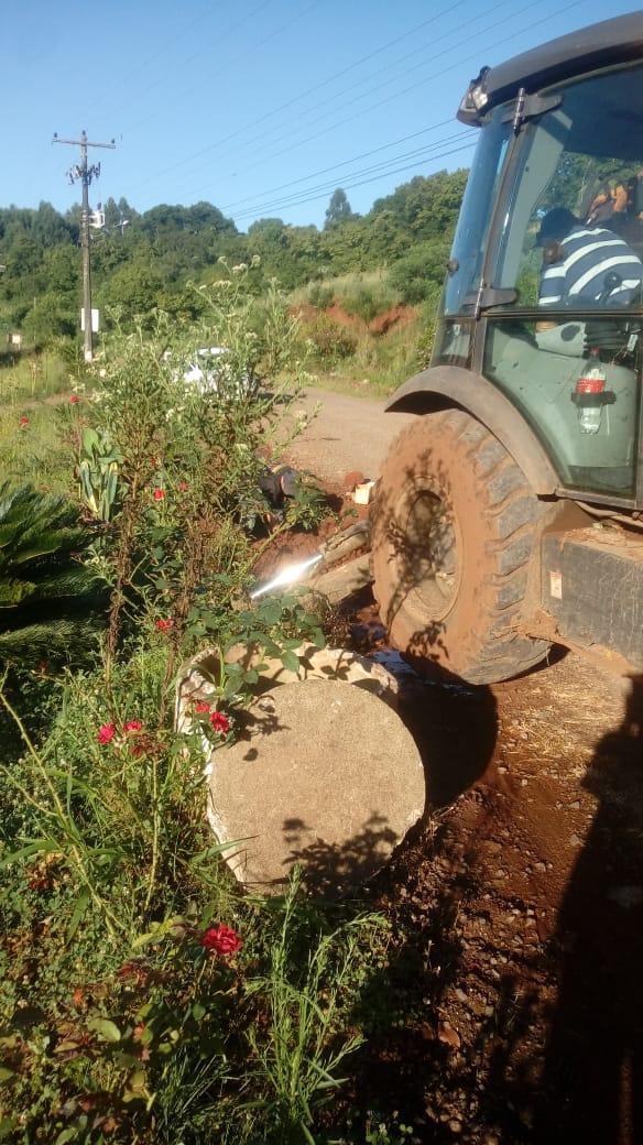 Secretaria de Obras realiza conserto em cano no Rincão da Serra