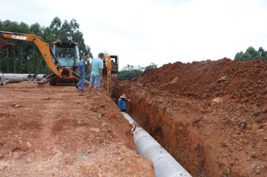Colocação de tubos de concreto marca etapa final em terraplanagem do Canto Scheibig