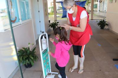 Na entrada da escola, está sendo feita a higienização das mãos e materiais de cada aluno, além de conferir a temperatura.