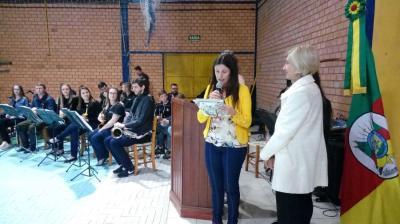 Professora Nilve Scheibig é homenageada no 4º Show de Talentos locais de Linha Nova