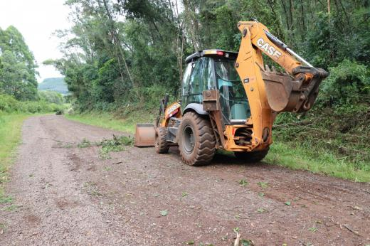Após chuva, secretaria de obras realiza limpeza nas vias do município