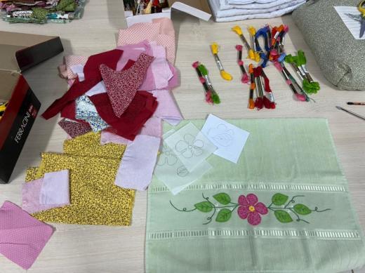 Artesãs retomam aulas de bordado