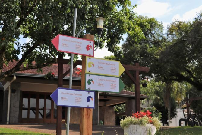 Placas para roteiros autoguiados de ciclismo e caminhada são instaladas