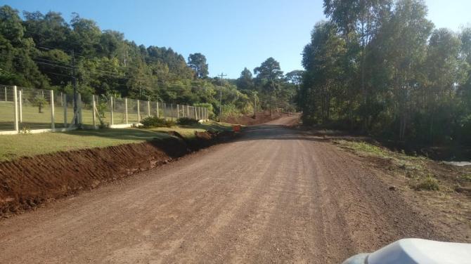 Secretaria de Obras finaliza primeira etapa de para pavimentação no Morro Grande